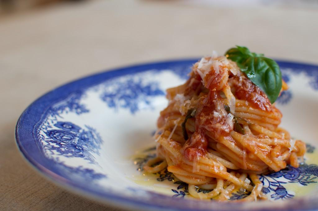 Spaghetti alla chitarra tomat og basilikum
